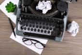 Máquina de escribir retro en mesa de madera — Foto de Stock
