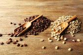 Kaffeebohnen auf hölzernen hintergrund — Stockfoto