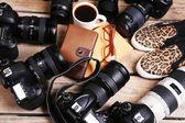 Nature morte avec les caméras modernes sur la table en bois, gros plan — Photo