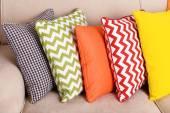 Chiudono il colorati cuscini sul divano — Foto Stock