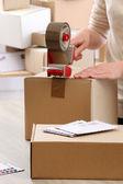 Kadın paketleri parsel postane içinde — Stok fotoğraf
