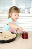 Klein meisje voorbereiding van cookies in keuken thuis — Stockfoto