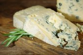 Blue cheese on wooden cutting board. closeup — Stock Photo