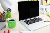 Lieu de travail avec ordinateur portable, gros plan — Photo