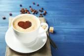 Tasse de cappuccino avec coeur de cacao sur la table en bois — Photo