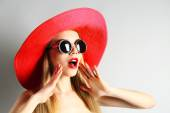 Portrait of expressive young model in red hat on gray background — Foto de Stock
