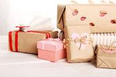 精美的礼品盒,木制的桌子上。情人节的概念 — 图库照片