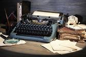 复古打字机上木制背景 — 图库照片