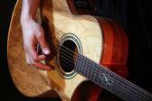 Jovem tocando violão close-up — Fotografia Stock