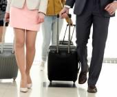 Lidé s kufry na letiště — Stock fotografie