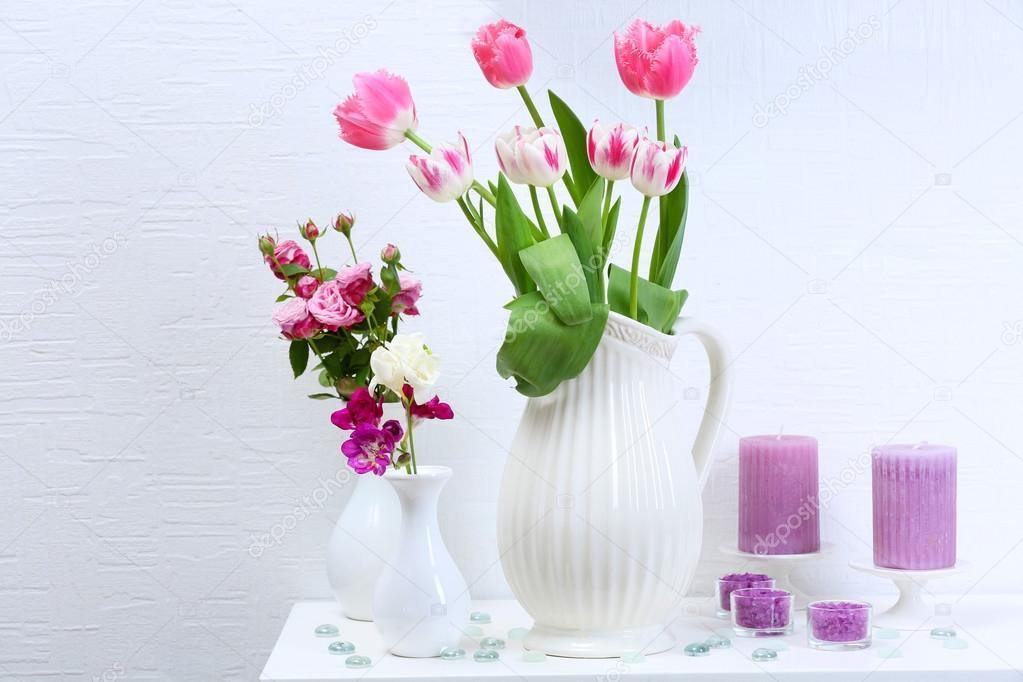 hermosa composicin con diferentes flores en jarrones sobre fondo de pared u foto de stock