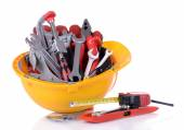 Ferramentas de construção em capacete — Fotografia Stock