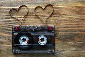 Kaseta magnetofonowa z taśmy magnetycznej w kształcie serc na drewniane tła — Zdjęcie stockowe