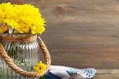 Gele chrysant in glazen vaas — Stockfoto