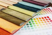 Kladjes van gekleurde weefsel met palet close-up — Stockfoto