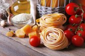 Pasta with cherry tomatoes and other ingredients on wooden table, closeup — ストック写真