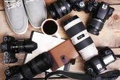 Stillleben mit modernen kameras auf holztisch, ansicht von oben — Stockfoto