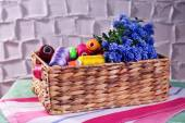 Beautiful muscari - hyacinth in wicker basket with spools of thread on wall background — Stock Photo