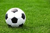 Футбольный мяч на зеленом поле — Стоковое фото