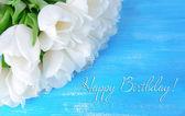 青い背景に白いチューリップの美しい花束 — ストック写真