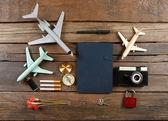 Туристическое снаряжение на деревянном столе, вид сверху — Стоковое фото