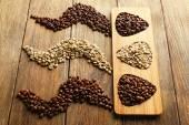 Kávová zrna na dřevěné pozadí — Stock fotografie