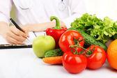 Beslenme uzmanı doktor ofisinde diyet planı yazma — Stok fotoğraf
