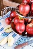 Läckra mogna äpplen på tjänstgör fack på bordet på nära håll — Stockfoto