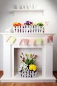 Mooie bloemen in decoratieve bloempot — Stockfoto