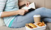 Woman with unhealthy fast food — Φωτογραφία Αρχείου