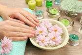Eller ve çiçekler, closeup ile spa su kase — Stok fotoğraf