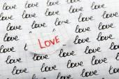 Wort Liebe Verfasst am zerrissenes Papier auf Blatt Papierhintergrund — Stockfoto