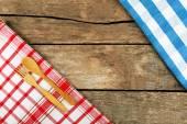 Çatal ve kaşık ahşap masa arka plan üzerinde damalı peçete — Stok fotoğraf
