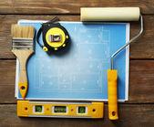 Budowa instrumentów, planu i szczotki na drewnianym stole tło — Zdjęcie stockowe