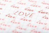 Amour de mots écrit sur feuille de fond de papier — Photo