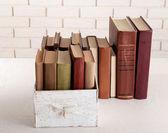 Haufen Sie Alter Bücher auf Ziegel-Wand-Hintergrund — Stockfoto