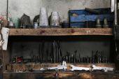 Olika verktyg på arbetsplatsen i garage — Stockfoto