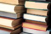 Kitapların arka plan yığını — Stok fotoğraf