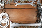 Śruby nakrętki i klucze ramki, na tle drewniane — Zdjęcie stockowe