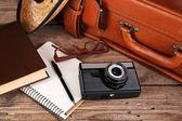 Bavul gezi ahşap arka plan için paketleme — Stok fotoğraf