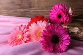 Ahşap arka plan üzerinde güzel parlak gerbera çiçekli natürmort — Stok fotoğraf