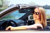 Söt flicka i cabriolet, utomhus — Stockfoto