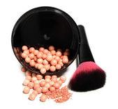 Burk med kosmetiska pulver bollar och makeup borste, isolerad på vit — Stockfoto