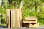 Stapel von Büchern im Freien, auf der Hintergrund jedoch unscharf — Stockfoto