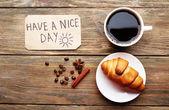 コーヒー、クロワッサン、木製のテーブル、トップ ビューで良い一日がありますマッサージ — ストック写真