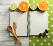 Aprire il libro di ricette, tovagliolo su fondo di legno — Foto Stock