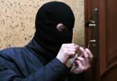 Burglar breaking into house — Stock Photo
