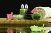 Lázně zátiší s květinami a svíčkami na černém pozadí — Stock fotografie