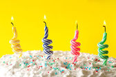 Doğum günü pastası mumlar renk arka plan üzerinde ile — Stok fotoğraf