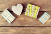 Dekorativa bokstäverna ordet hem med dekorativt hjärta på trä bakgrund — Stockfoto